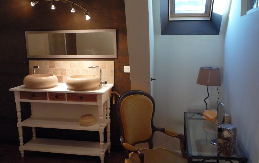 Location de vacances - Chambre d'hôtes à Salies-de-Béarn - salle de bain travertin