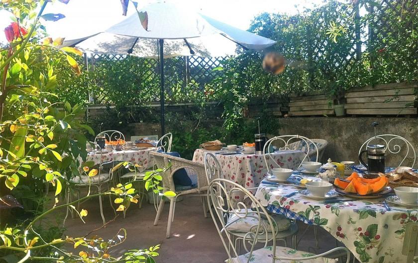 Location de vacances - Gîte à Saint-Hippolyte-du-Fort - petit-déjeuner sur la terrasse