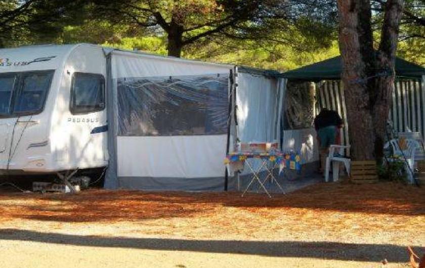 Location de vacances - Camping à Villemoustaussou - Spacieux emplacements