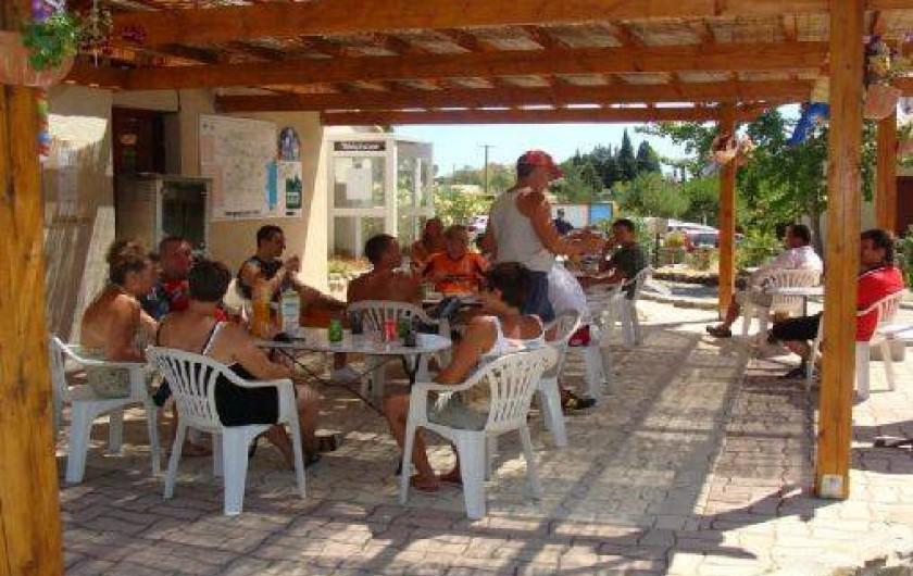 Location de vacances - Camping à Villemoustaussou - La terrasse du bar