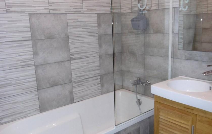 Location de vacances - Appartement à Villaroger - Salle de bain baignoire/douche