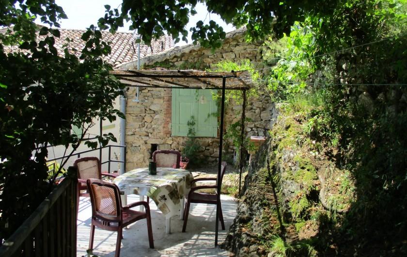 Location de vacances - Gîte à Chassiers - Terrasse 2 à l'ombre du tilleul
