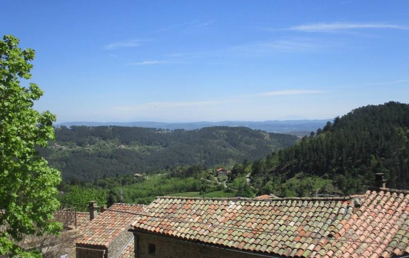 Location de vacances - Gîte à Chassiers - Vue panoramique de la terrasse sur le Mont Ventoux et les collines environnantes