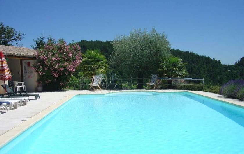 Location de vacances - Gîte à Chassiers - La piscine entrourée d'oliviers, palmiers, lavande et lauriers roses