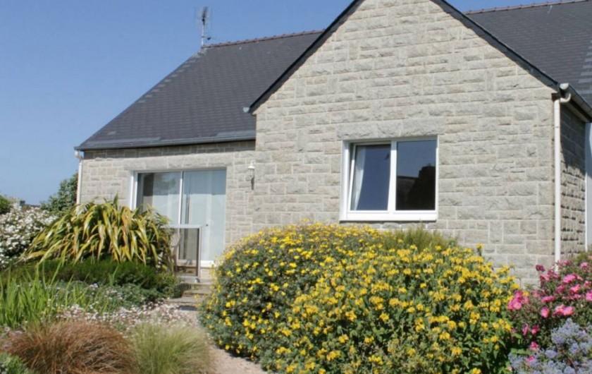 Location de vacances - Villa à Trégastel - SALON  2 canapés + fauteuil avec grande baie vitrée  ouvrant / terrasse ensoleil
