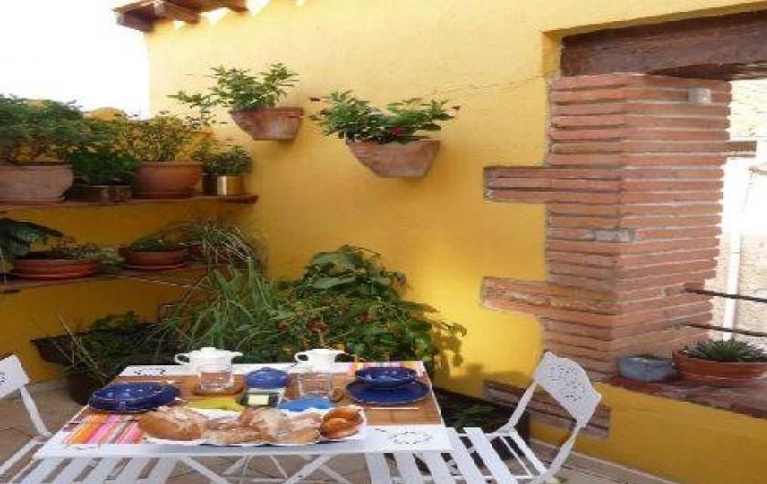 Location de vacances - Chambre d'hôtes à Tautavel - Petit-déjeuner sur la terrasse