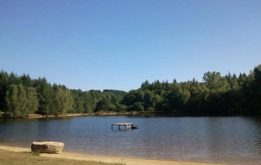 Location de vacances - Bungalow - Mobilhome à Villefranche-de-Rouergue - vue du lac