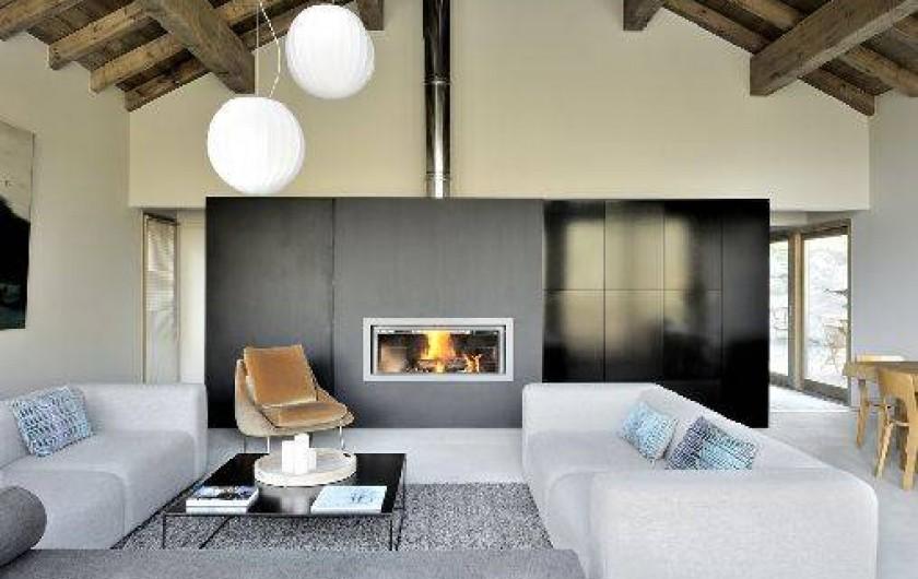 Location de vacances - Chalet à Saint-Martin-de-Belleville - Vue du salon double hauteur avec sa cheminée.