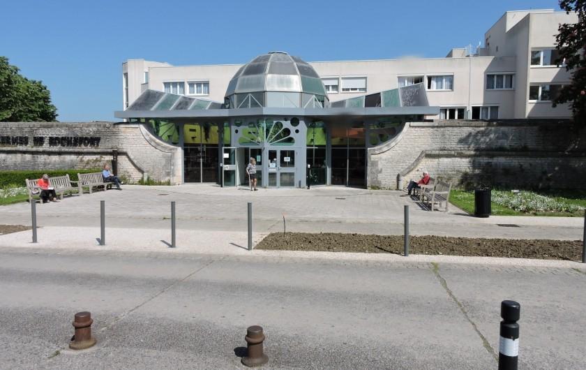 Location de vacances - Villa à Rochefort - Entrée de l'établissement thermal