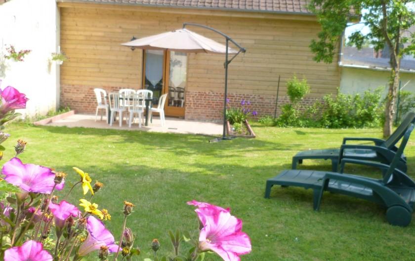 Location de vacances - Gîte à Tours-en-Vimeu - le jardin clos et donnant sur les pâtures avec les chevaux