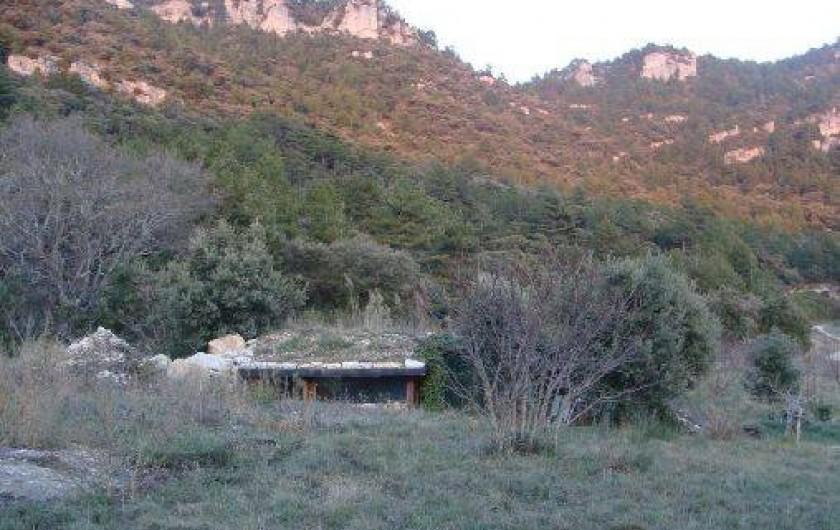 Location de vacances - Mas à Saint-Privat - La maison de la Colline, bien integrée dans la nature