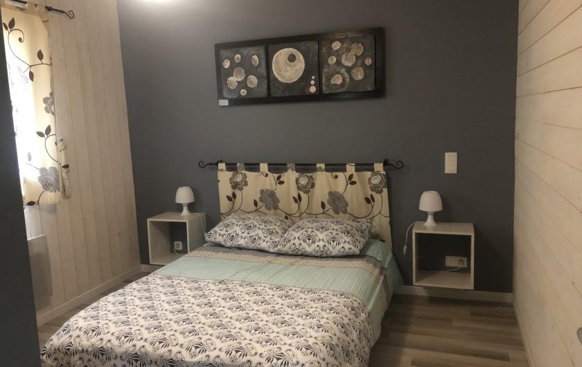 Location de vacances - Chalet à Gérardmer - Rez-de-chaussée  1 lit 2 personnes Première chambre  avec TV grand écran