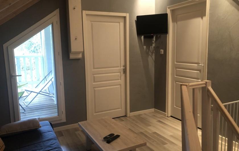 Location de vacances - Chalet à Gérardmer - Mezzanine avec deuxième salon et TV