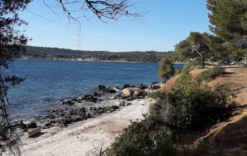 Location de vacances - Maison - Villa à Istres - une des petites plages dans la foret