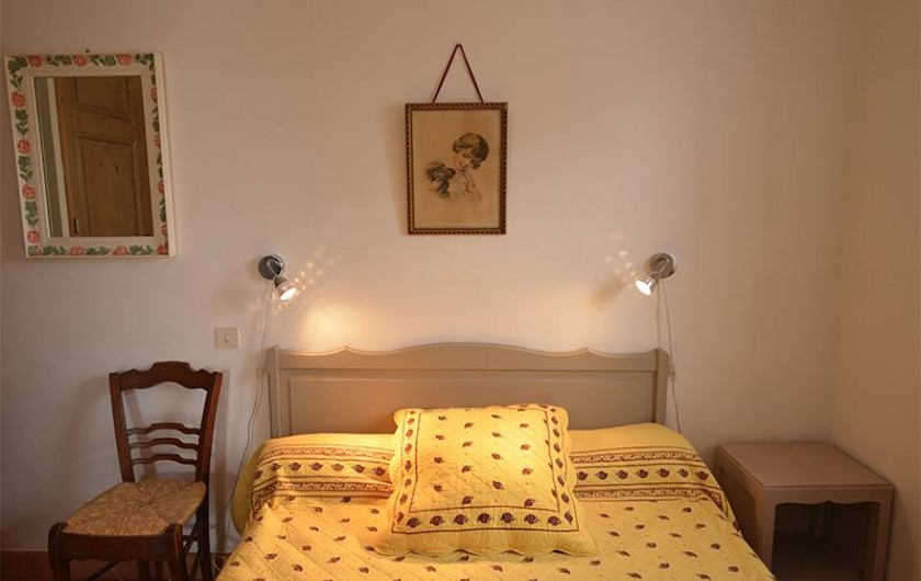 Location de vacances - Gîte à Saint-Jean-de-Serres - Ch1 et son armoire ancienne