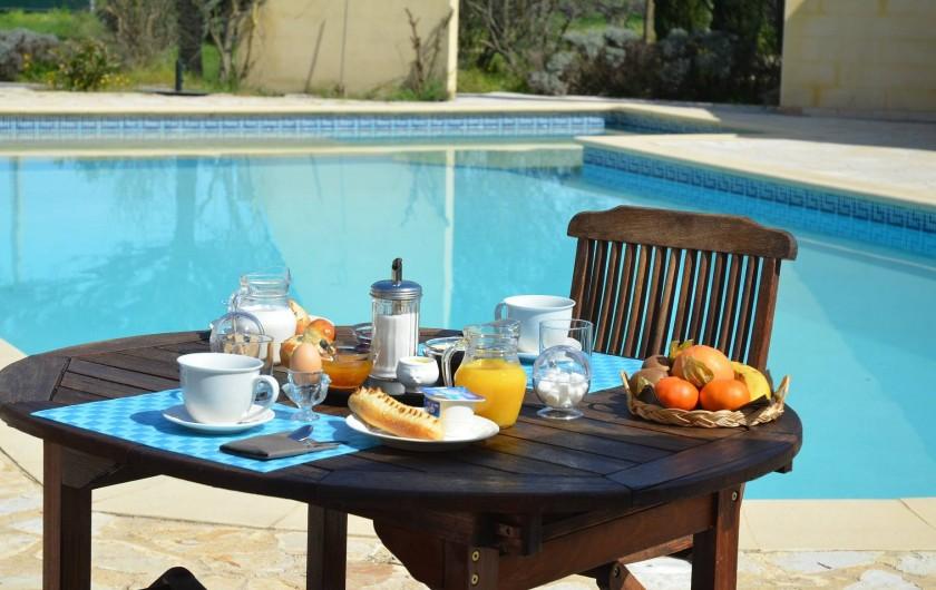 Location de vacances - Chambre d'hôtes à Vacquières - Petit déjeuner sur la terrasse au bord de la piscine