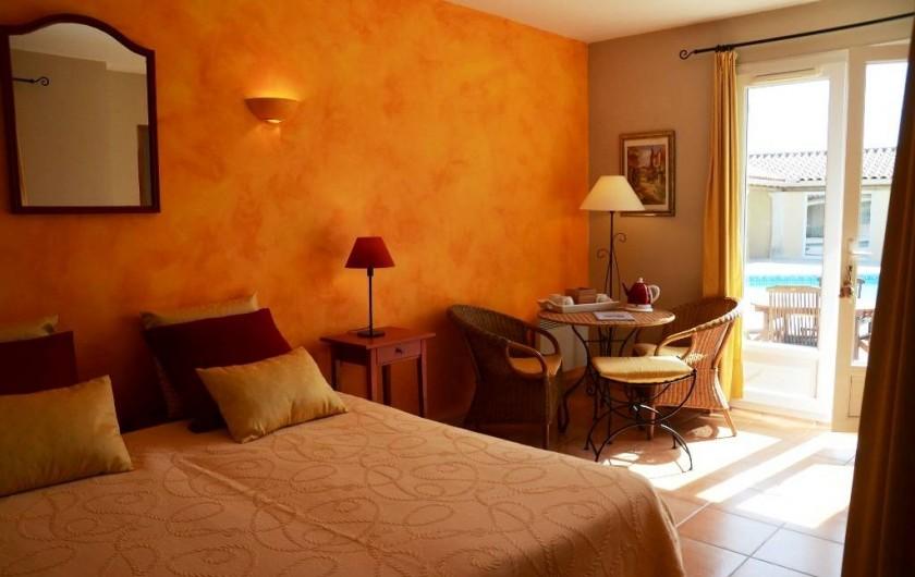 """Location de vacances - Chambre d'hôtes à Vacquières - Chambre familiale """"Été"""", vue sur piscine"""