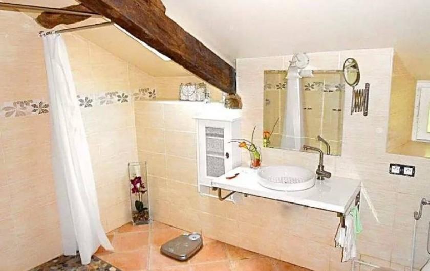 Location de vacances - Maison - Villa à Concoret - Salle de bain spacieuse avec douche accessible aux handicapés