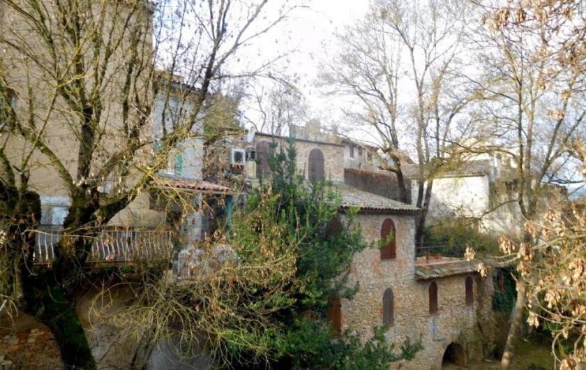 Location de vacances - Maison - Villa à Correns - La maison blanche aux volets verts avec la terrasse éclairée avec barbecue