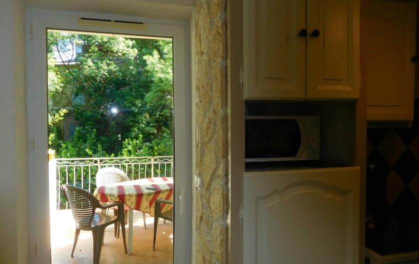 Location de vacances - Maison - Villa à Correns - La cuisine donnant sur la terrasse