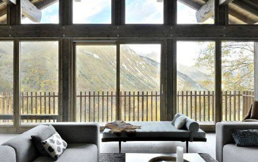 Location de vacances - Chalet à Saint-Martin-de-Belleville - Vue du salon double hauteur sur la montagne.