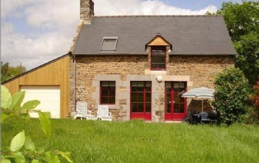 Location de vacances - Gîte à Pleudihen-sur-Rance - Gîte, le garage à gauche  porte electrique