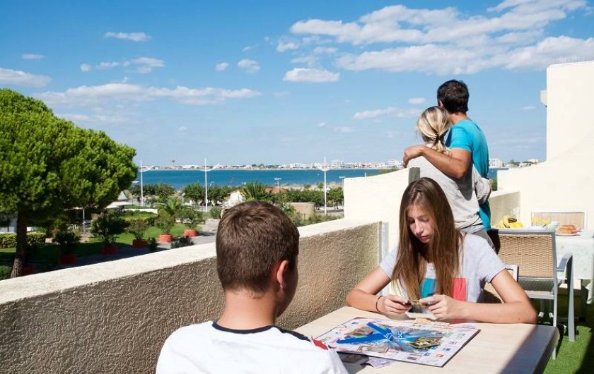 Location de vacances - Appartement à Le Grau-du-Roi - Le balcon du double studio avec vue sur mer