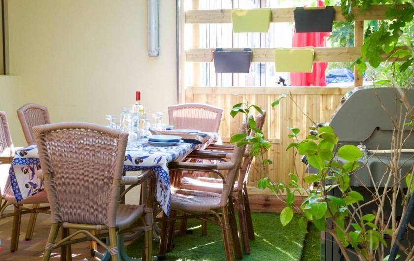 Location de vacances - Appartement à Le Grau-du-Roi - Terrasse et son barbecue de l'appartement du rdc