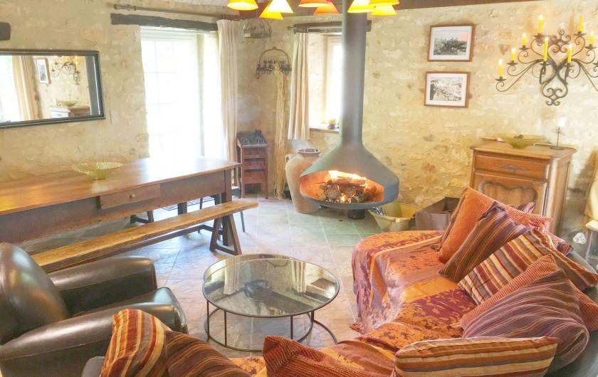 Location de vacances - Mas à Simeyrols - Salon/ Salle à manger avec Tv & cheminée suspendue