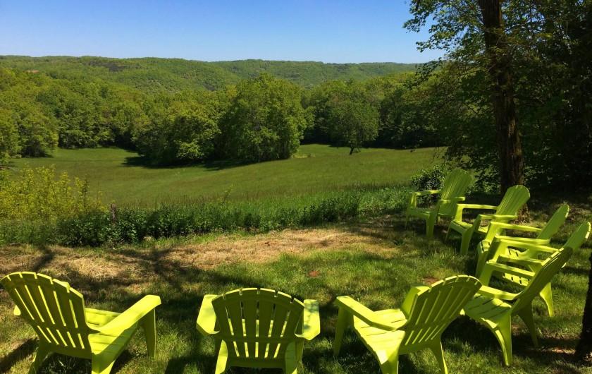 Location de vacances - Mas à Simeyrols - Maison sur une colline avec vue sur une jolie combe aux biches
