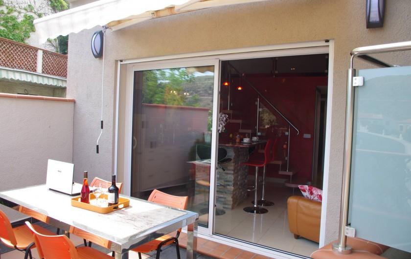 Location de vacances - Gîte à Cerbère - Terrasse de 11m² plein sud avec salon de jardin et store