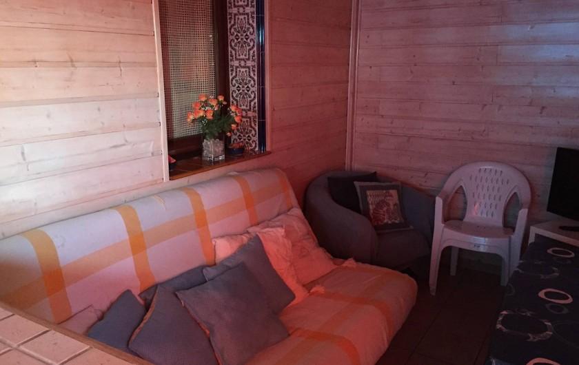 Location de vacances - Villa à Le Barcarès - Véranda avec canapé lit