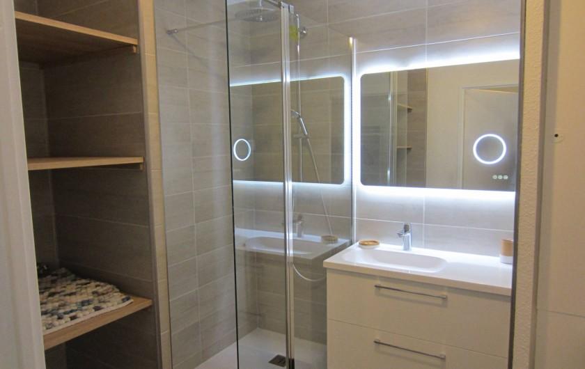Location de vacances - Studio à Saint-Raphaël - salle de bain avec douche multifonction