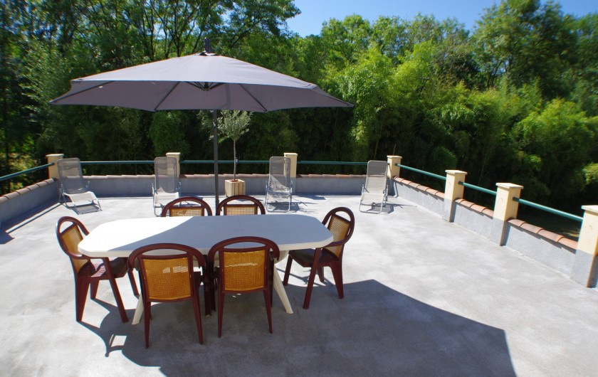 Location de vacances - Gîte à Faycelles - Terrasse du grand gîte 70m² avec vue piscine et sur la bambouseraie