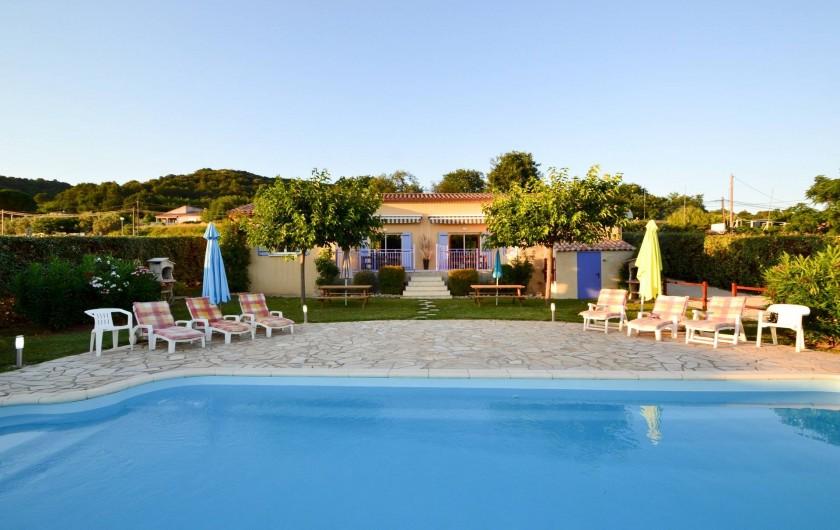 Location de vacances - Villa à Saint-Martin-d'Ardèche - la piscine, terrasse et les relax