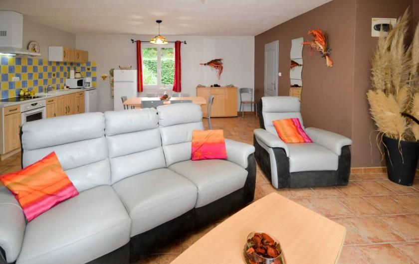 Location de vacances - Villa à Saint-Martin-d'Ardèche - cuisine / salon dans un des logement.
