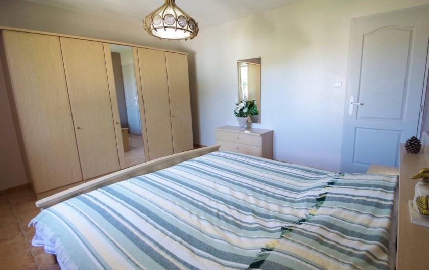 Location de vacances - Villa à Saint-Martin-d'Ardèche - chambre avec lit kingsize 180