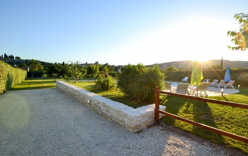 Location de vacances - Villa à Saint-Martin-d'Ardèche - allée d'entrée de la maison et le verger
