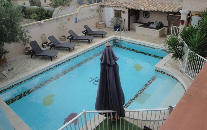 Location de vacances - Villa à Saint-Laurent-d'Aigouze - vue piscine, du balcon du 1er étage (coin repos et bains de soleil)