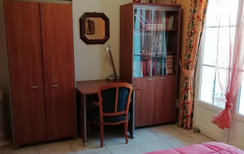 Location de vacances - Villa à Saint-Laurent-d'Aigouze - 2e chambre  bas 2 couchages + bibliothèque