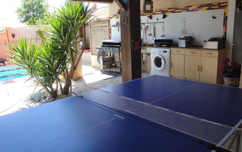Location de vacances - Villa à Saint-Laurent-d'Aigouze - coin terrasse sous pergola : ping pong ,  plancha, cuisine d'été