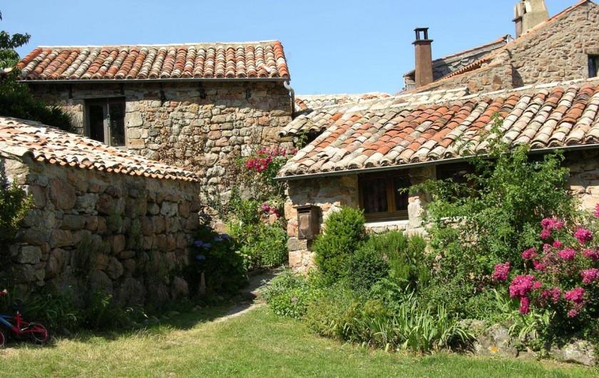 Location de vacances - Camping à Saint-Julien-du-Gua - Les gîtes avec la belle pierre rosée du pays.