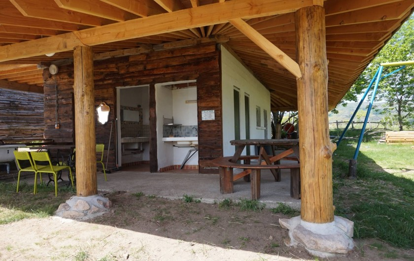 Location de vacances - Camping à Saint-Julien-du-Gua - Le sanitaire principal avec sa belle charpente en pin Douglas récemment rénovée