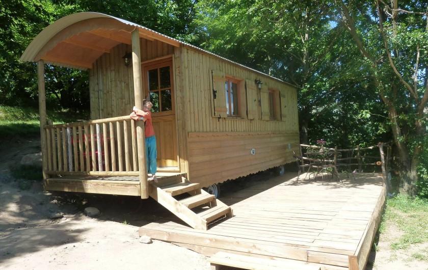 Location de vacances - Camping à Saint-Julien-du-Gua - La roulotte et sa terrasse ombragée