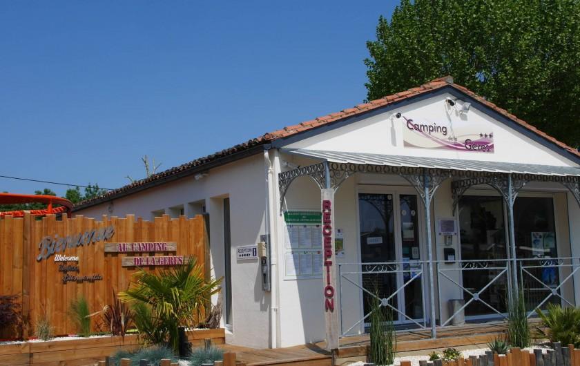 Location de vacances - Camping à Surgères - Accueil avec boutique de produits régionaux