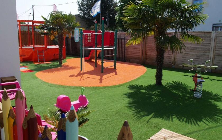 Location de vacances - Camping à Surgères - Aire de jeux avec jeux à ressorts, structure d'escalade, et trampoline