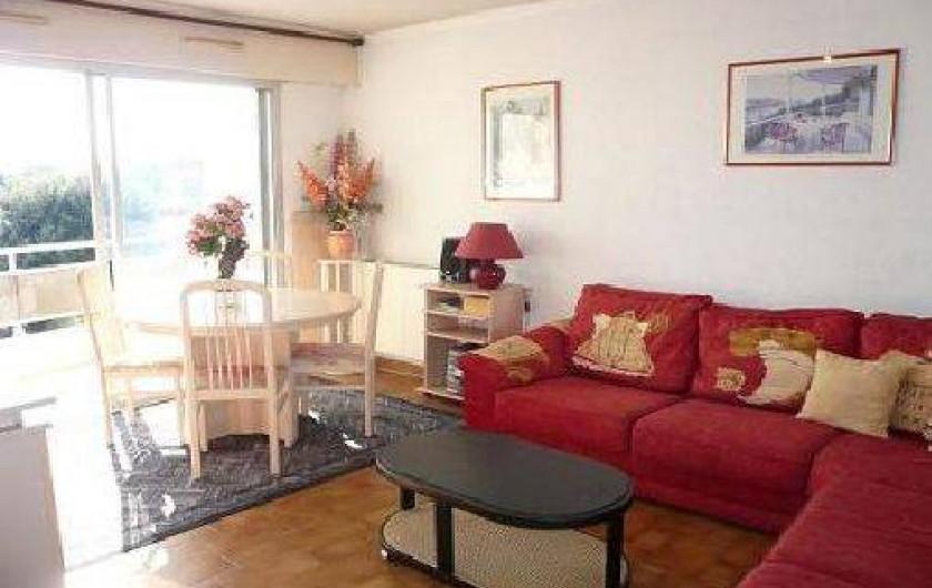 Location de vacances - Appartement à La Ciotat - Salon avec canapé lit convertible, table SAM , télé écran plat