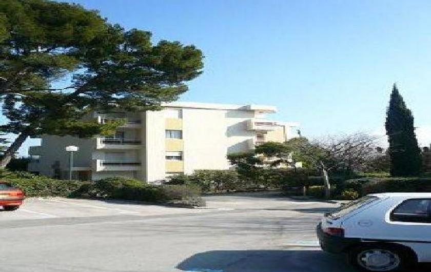 Location de vacances - Appartement à La Ciotat - Extérieur parking privé et clos. Voir 3eme étage.50m commerces