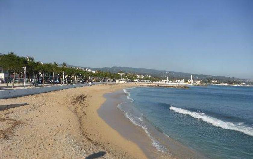 Location de vacances - Appartement à La Ciotat - vue sur plage à 250m de l'appartement. Trés sécurisante pour enfants en bas âge