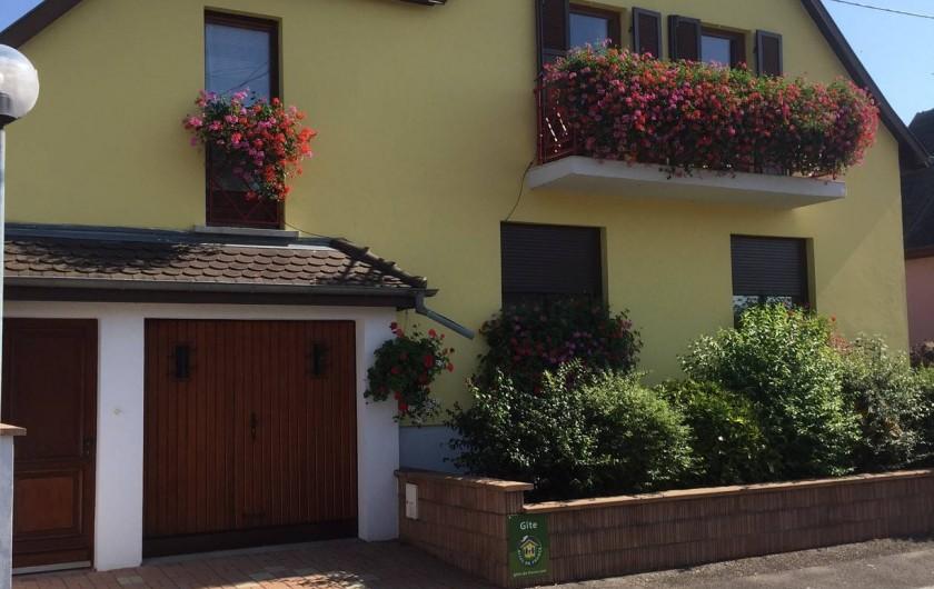Location de vacances - Appartement à Oberhergheim - Le gite : entrée, garage, portes-fenêtres cuisine, séjour et chambre